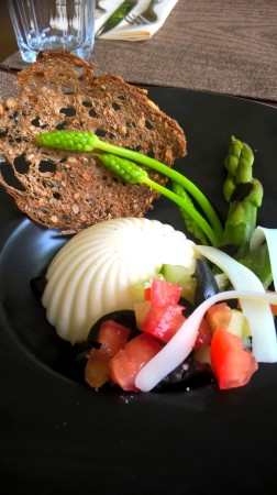 Panna Cotta de brebis, asperges vertes et olives
