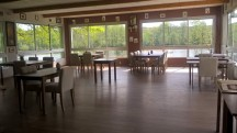 Salle du restaurant avec vue sur l'étang